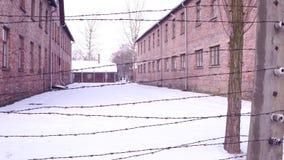 Gehen Sie entlang alten Stacheldrahtzaun von Konzentration Auschwitz Birkenau und von Ausrottungslager Ziegelsteinkasernen im Win stock video footage