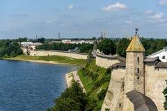 Gehen Sie entlang Wände des Pskovs der Kreml im Sommer Stockfoto