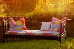 Gehen Sie im Garten am Sonnenuntergang/an der Unterbrechung zu Bett Lizenzfreies Stockbild