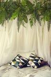 Gehen Sie mit gestrickter Decke und Kissen mit Dekor zuhause zu Bett stockfotos