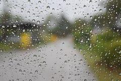Gehen Sie nach Hause in den Regen Lizenzfreies Stockbild