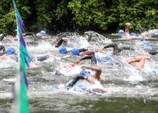 GEHEN Sie!!! Schwimmer laufen an der Triathlon-Anfangslinie stockbild