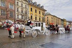 Gehen Sie um Krakau in den Wagen, die durch Pferde gezeichnet werden, Lizenzfreie Stockbilder