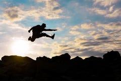 Gehen Sie zum Erfolg und kämpfen Sie menschliches Modell stockbilder