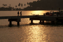 Gehen Sie zurück nach Hause während des Sonnenuntergangs in Thailand Lizenzfreie Stockfotografie