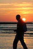 Gehen am Sonnenuntergang Stockfotos