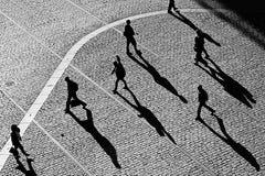 Gehen in Stadtplatz Lizenzfreie Stockbilder