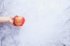 Gehen strenger Vegetarier! Konzept von Veganism Diät des strengen Vegetariers Menschliche Hand mit appl Lizenzfreies Stockbild