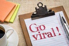 Gehen text auf Klemmbrett mit Kaffee Viren Lizenzfreie Stockbilder