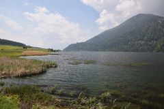 Gehen und Fahrradreise um See Resia Reschen in Süd-Tirol Italien Gebirgsalpen stockbilder