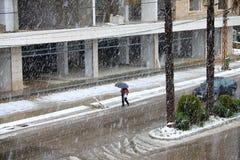 Gehen unter fallenden Schnee Stockfoto