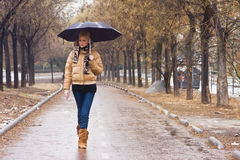 Gehen unter Regen Stockbild