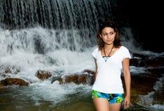 Gehen vor einem Wasserfall Lizenzfreie Stockbilder