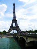 Gehen vor Notre Dame stockfotos