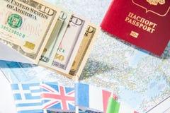 Gehen zu reisen Pass, Geld, Flaggen von Griechenland, Großbritannien, Italien, Frankreich auf Karte Sparen Sie Geld auf der Reise lizenzfreie stockfotografie
