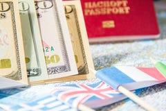 Gehen zu reisen Pass, Geld, Flaggen von Griechenland, Großbritannien, Italien, Frankreich auf Karte Sparen Sie Geld auf der Reise stockfotografie