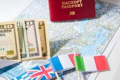 Gehen zu reisen Pass, Geld, Flaggen von Griechenland, Großbritannien, Italien, Frankreich auf Karte Sparen Sie Geld auf der Reise stockbilder