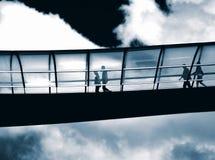 Gehen, zum über Brücke zu arbeiten. Stockbilder