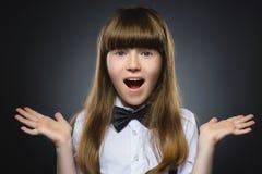 Gehende Überraschung des glücklichen Mädchens des Nahaufnahme-Porträts lokalisiert auf grauem Hintergrund Lizenzfreies Stockfoto
