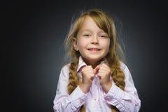Gehende Überraschung des glücklichen Mädchens des Nahaufnahme-Porträts lokalisiert auf grauem Hintergrund Stockfotografie