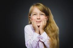 Gehende Überraschung des glücklichen Mädchens des Nahaufnahme-Porträts lokalisiert auf grauem Hintergrund Lizenzfreie Stockfotografie