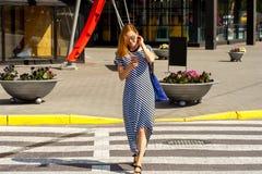 Gehende Abflussrinnenkreuzung 02 der formschönen Frau Lizenzfreie Stockfotografie