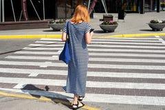 Gehende Abflussrinnenkreuzung 05 der formschönen Frau Stockfotos