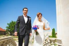 Gehende Braut und Bräutigam Lizenzfreies Stockfoto