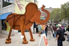 Gehende Elefanten des Kunst-Preis-2010 Stockfotos