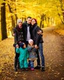 Gehende Familie mit zwei Kindern im herbstlichen Park stockbilder