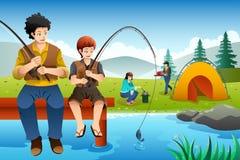 Gehende Fischerei der Familie auf einem Camping-Ausflug Stockfotos