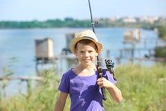 Gehende Fischerei des netten Jungen am Sommertag Lizenzfreie Stockbilder