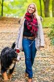 Gehende Frau der Hund auf Leine im Park Stockbilder