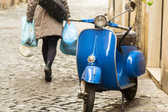 Gehende Frau in Rom lizenzfreie stockfotos