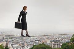 Gehende Geschäftsfrau ein Drahtseil Stockbilder