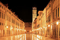 Gehende Hauptstraße in Dubrovnik lizenzfreie stockfotografie