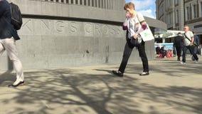 Gehende Könige Cross Square Durchlauf der Pendler unterwegs zu Station Könige Cross stock footage