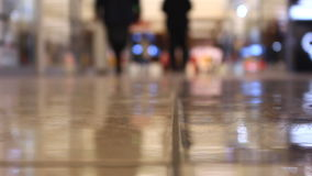 Gehende Leute der Nahaufnahmefüße im Mall stock footage