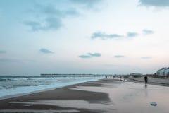 Gehende Leute der Strand im North Carolina Stockfoto