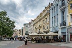 Gehende Leute an der zentralen Straße in der Stadt von Plowdiw, Bulgarien Lizenzfreies Stockfoto