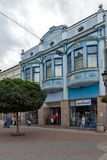 Gehende Leute an der zentralen Straße in der Stadt von Plowdiw, Bulgarien lizenzfreies stockbild