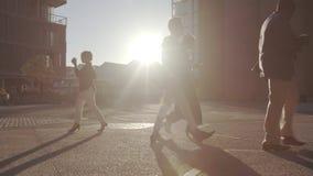 Gehende Leute des Büros, die auf hellem sonnigem Morgen austauschen stock video footage