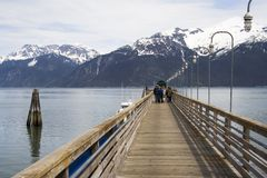 Gehende Leute ein Pier in Haine Stockbilder