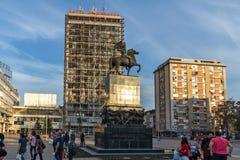 Gehende Leute an König Milan Square in der Stadt von Nis, Serbien stockbild