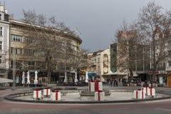 Gehende Leute und Häuser an der zentralen Straße in der Stadt von Plowdiw, Bulgarien Lizenzfreie Stockbilder