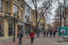 Gehende Leute und Häuser an der zentralen Straße in der Stadt von Plowdiw, Bulgarien lizenzfreies stockbild
