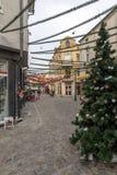 Gehende Leute und Straße im Bezirk Kapana, Stadt von Plowdiw, Bulgarien Lizenzfreie Stockfotografie