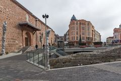 Gehende Leute und Straße im Bezirk Kapana, Stadt von Plowdiw, Bulgarien stockfotos