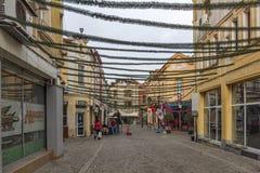 Gehende Leute und Straße im Bezirk Kapana, Stadt von Plowdiw, Bulgarien Lizenzfreie Stockbilder