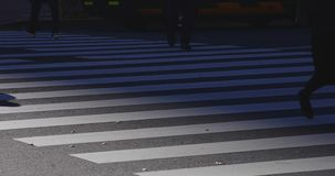 Gehende Leutekörperteile an der Überfahrt in der Geschäftsstadt in Shinjuku Tokyo stock footage
